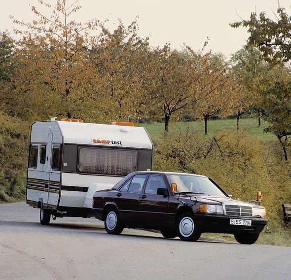 Mercedes-Benz Kompaktklasse-Limousine der Baureihe 201, Versuchsfahrt mit Wohnwagen.