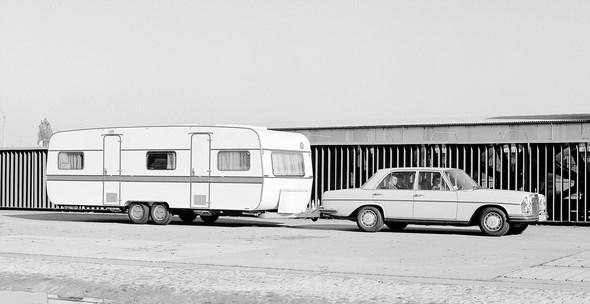 Mercedes-Benz Typ 280 SE 3,5 Liter aus dem Jahre 1970, als Zugwagen mit Tandemachser Eriba 700 auf der Versuchsstrecke der Daimler-Benz AG in Stuttgart-Untertürkheim.