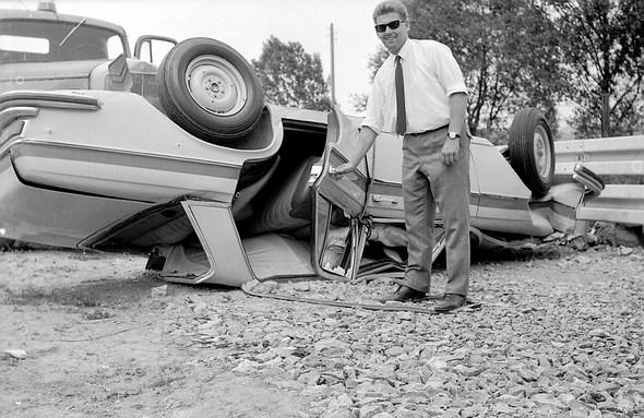 Überschlagsversuch auf dem Prüfgelände in Sindelfingen mit Mercedes-Benz Typ 250 S. Zufriedenheit bei Prof. Huber, damals zuständig für Rohbauuntersuchungen, über die geringen Türöffnungskräfte dieses 250 S nach dem Überschlag, 1966.