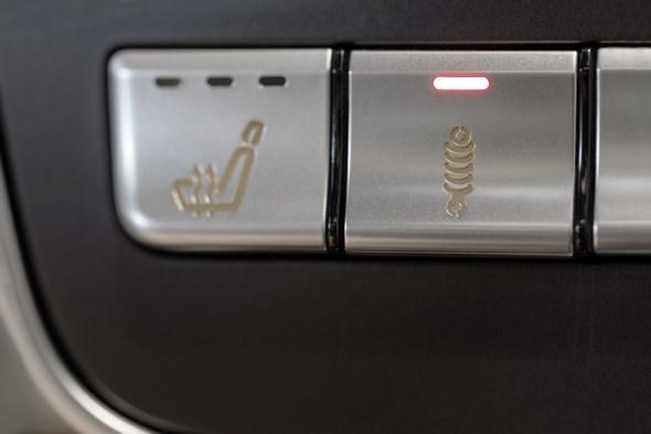 """Mercedes-AMG A 45 4MATIC, das AMG RIDE CONTROL Sportfahrwerk bietet 2 verschiedene Fahrwerksstufen: Per Knopfdruck kann der Fahrer zwischen """"Comfort"""" und """"Sport"""" wählen the AMG RIDE CONTROL sports suspension provides 2 different suspension levels: at the push of a button, the driver can choose between """"Comfort"""" and """"Sport"""""""