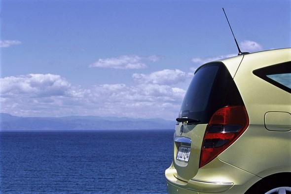 A-Klasse-Limousine der Baureihe W 169. - Gut in Form: Die dreitürige Modellvariante der neuen A-Klasse bietet alle herausragenden Sicherheits- und Komfortattribute des Mercedes-Kompaktwagens und ergänzt sie durch eine Linienführung, die den jugendlich-vitalen Charme der A-Klasse besonders betont. Ab Ende 2004 wird der Dreitürer einen ebenso attraktiven wie günstigen Einstieg in die Welt von Mercedes-Benz bieten.
