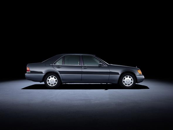 Mercedes-Benz S-Klasse der Baureihe 140 (1991 bis 1998). Im Bild ein S 600 mit langem Radstand aus dem Jahr 1994. Mercedes-Benz S-Class 140 series (1991 to 1998). The S 600 model with a long wheelbase in the photo dates from 1994.