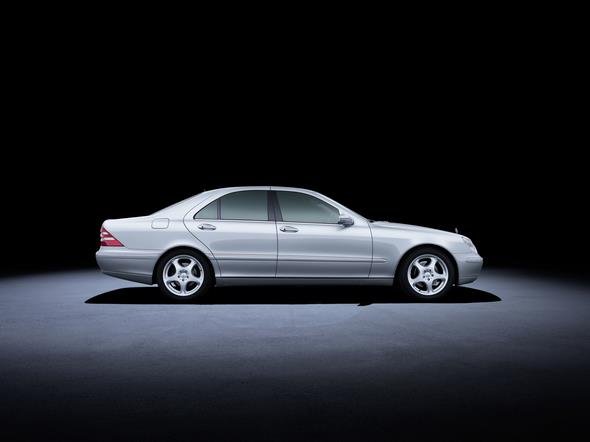 Mercedes-Benz S-Klasse der Baureihe 220 (1998 bis 2005). Im Bild ein S 400 CDI aus dem Jahr 2000. Mercedes-Benz S-Class 220 series (1998 to 2005). The S 400 CDI model in the photo dates from 2002.