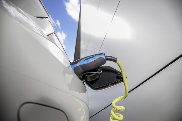 Die Batterie des S 500 PLUG-IN HYBRID kann einfach an der Steckdose geladen werden.