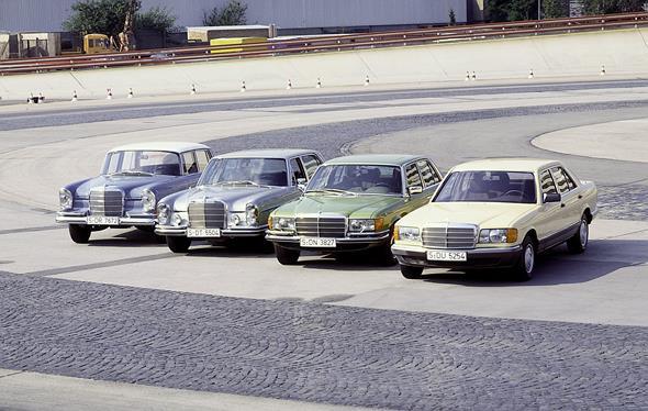 Mercedes-Benz S-Klasse-Limousinen, (von links) Baureihen W 112, W 109, W 116, W 126, Einfahrbahn in Untertürkheim