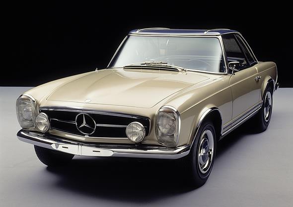 """Caption orig.: Der Mercedes-Benz 230 SL erscheint 1963 mit ungewohnten neuen Proportionen und Linien – und dem unverwechselbaren """"Pagodendach"""". Das abnehmbare Hardtop sieht nicht nur gut aus, seine spezielle Form mit leicht abgesenktem Mittelteil er"""