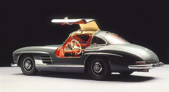 Caption orig.: Dieser 300 SL (W 198) des Mercedes-Benz Museums spricht eine virtuelle Einladung zu einer traumhaften Fahrt in einem Traumauto mit seltener Farbgebung aus.