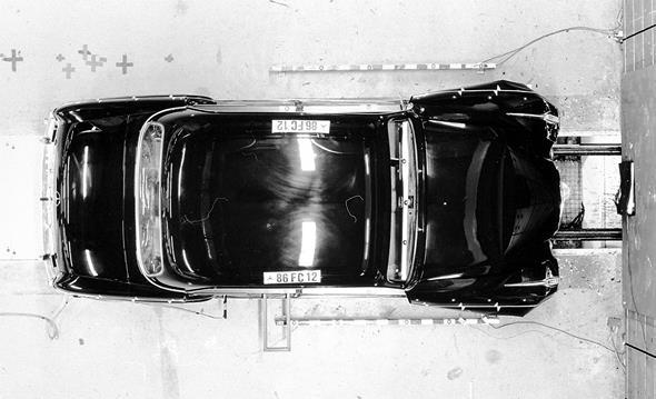 Caption orig.: Am Mercedes-Benz Typ 220 S wurde erstmals die selbsttragende Karosserie als Vorläufer der Sicherheitskarosserie verwirklicht. Hier das Fahrzeug nach einem Frontalaufprall, Crash 1985.
