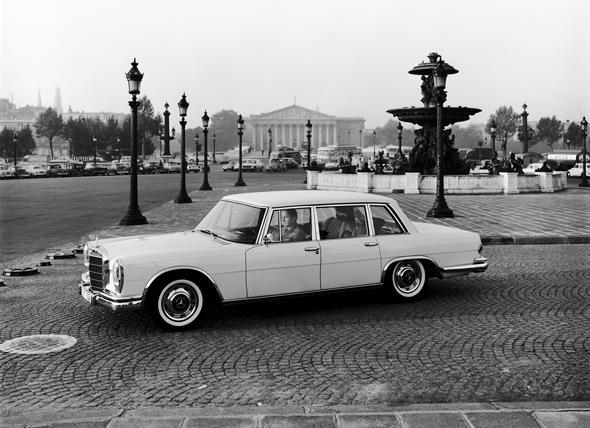 Mercedes-Benz Typ 600 Limousine aus dem Jahre 1963 (auf dem Place de la Concorde in Paris)