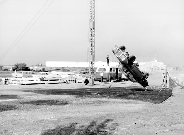 Caption orig.: Überschlagsversuch auf dem Prüfgelände in Sindelfingen mit Mercedes-Benz Typ 220 SEb Coupé an der Korkenzieherrampe (Anfahrgeschwindigkeit 80 km/h), 1962.