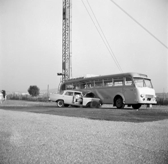 """Caption orig.: """"Aufprallversuche im Werk Sindelfingen der Daimler-Benz AG, 1962. Aufprall eines """"""""Heckflossen-Mercedes"""""""" Typ 220 Sb mit einer Geschwindigkeit von 86-km/h auf einen Omnibus."""""""