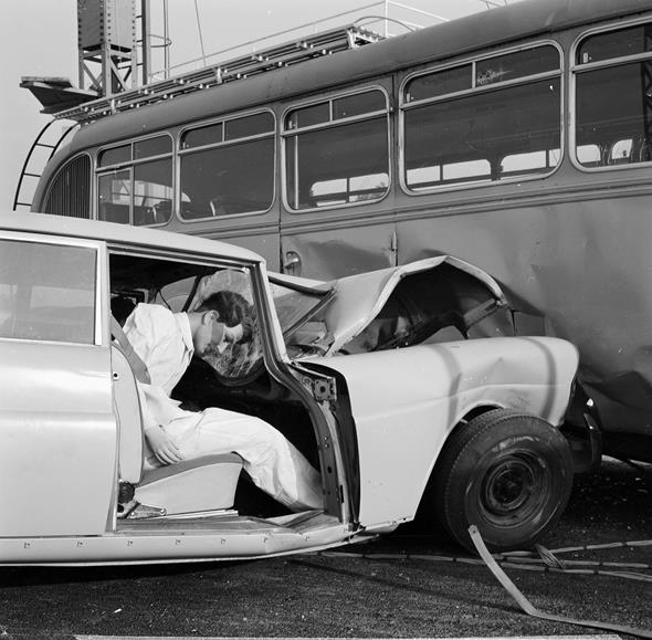 Caption orig.: Crash-Versuch im Werk Sindelfingen. W 111 gegen Omnibus, ca. 1960.