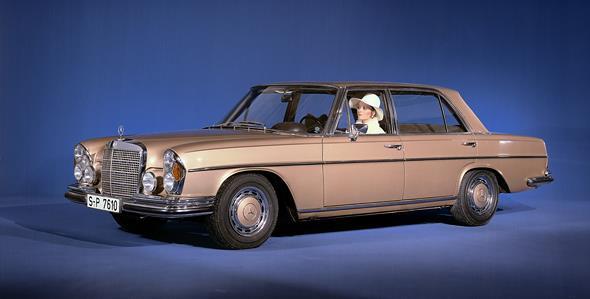 Mercedes-Benz 300 SEL 6.3 (W 109) aus dem Jahr 1968. Der aus dem Typ 600 bekannte V8-Motor machte aus der komfortablen Oberklasse-Limousine ein veritables Hochleistungsfahrzeug mit den Fahrleistungen eines Sportwagens.