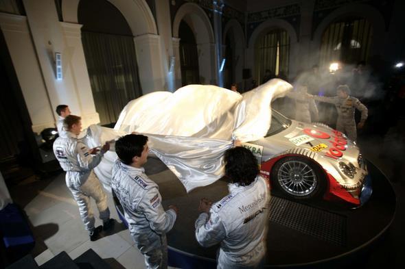 Motorsport / DTM : Gala zur neuen DTM Saison 2005 in der Hamburger Handwerkskammer, Enthuellung eines AMG Mercedes C-Klasse von Bernd Schneider ( GER ), Team Vodafone AMG-Mercedes