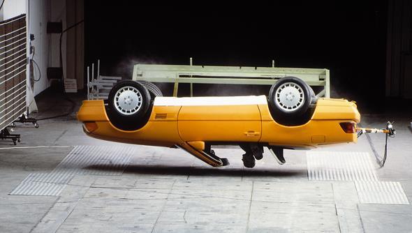 Caption orig.: Ein integraler Bestandteil des Sicherheitskonzepts ist der automatische Überrollbügel, der erstmals im Automobilbau realisiert ist und die Aufgabe hat, im Falle eines Überschlags den Überlebensraum der Fahrgäste zu sichern. Um die Freud