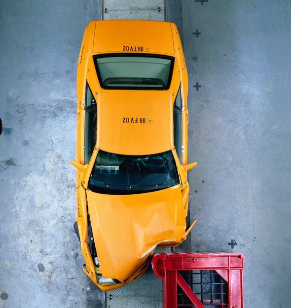 Caption orig.: Neue Maßstäbe setzt der SL auch in punkto Sicherheit. Die Ergebnisse der strengen Mercedes-Benz Crashversuche beim seitlich versetzten  Frontalaufprall belegen einen Sicherheitsstandard, der auf dem Niveau von Limousinen liegt.