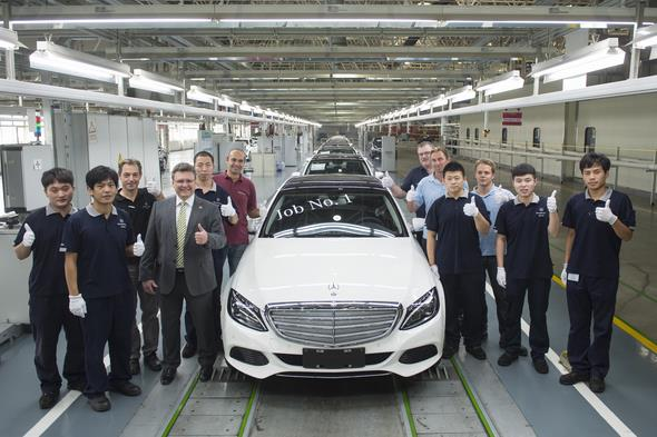 Frank Deiss (fourth from left), President and CEO Beijing Benz Automotive (BBAC), with team-members at the production line, celebrating the first Mercedes-Benz Long-wheelbase C-Class in Beijing. // Frank Deiss (4.v.l.), President and CEO Beijing Benz Automotive (BBAC), feiert mit seiner Mannschaft den ersten Bandablauf der Mercedes-Benz C-Klasse Langversion in Peking.