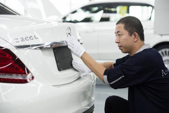 Finishing touches at the all-new Mercedes-Benz Long-wheelbase C-Class at Beijing Benz Automotive (BBAC) in China. // Endmontage der Mercedes-Benz C-Klasse Langversion bei Beijing Benz Automotive (BBAC) in China.