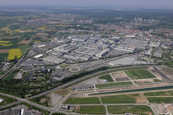 More than 22,000 people work at the Mercedes-Benz plant in Sindelfingen, Germany. It is the biggest production facility of Daimler AG worldwide. // Das Mercedes-Benz Werk Sindelfingen ist mit mehr als 22.000 Mitarbeitern das größte Produktionswerk der Daimler AG weltweit.