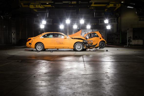 Crashtest car to car. smart fortwo, C453 gegen S-Klasse, V222, 2