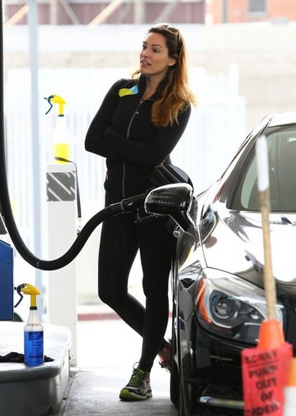 Kelly+Brook+Kelly+Brook+Pumps+Gas+Hollywood+ALb8Hb1F4Xcl (2)