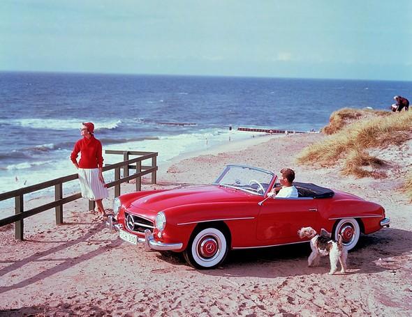 Caption orig.: Zeitgenössisches Werbefoto des 190 SL aus den 1950er-Jahren auf der Ferieninsel Sylt in der Nachmittagssonne. Der 190 SL findet schnell sein status- und designbewusstes Publikum als eleganter und zuverlässiger Traumwagen, der finanziell er