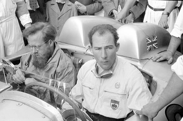 Mille Miglia (Brescia/Italien), 1. Mai 1955. Die späteren Sieger Stirling Moss und Denis Jenkinson vor dem Rennen in ihrem Mercedes-Benz 300 SLR.// Mille Miglia (Brescia/Italy), 1 May 1955. The subsequent race winners Stirling Moss and Denis Jenkinson pictured before the race in their Mercedes-Benz 300 SLR.