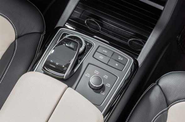 GLE 450 AMG 4MATIC (C 292) 2014; Interieur: Leder Exklusiv Nappa Porzellan/ Schwarz; Touchpad, COMAND-Controller und DYNAMIC SELECT Controller in der Mittelkonsole interior: exclusive nappa leather porcellan/black; touchpad, COMAND controller and DYNAMIC SELECT Controller in the centre console