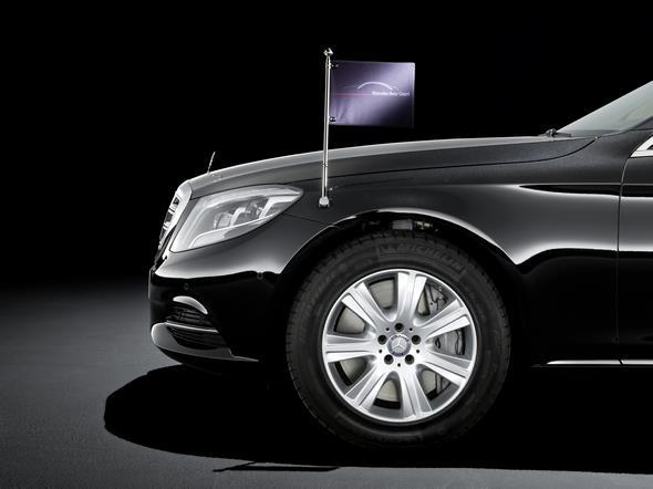 Mercedes-Benz S-Klasse Guard. Abnehmbare Standarte am vorderen Kotflügel.