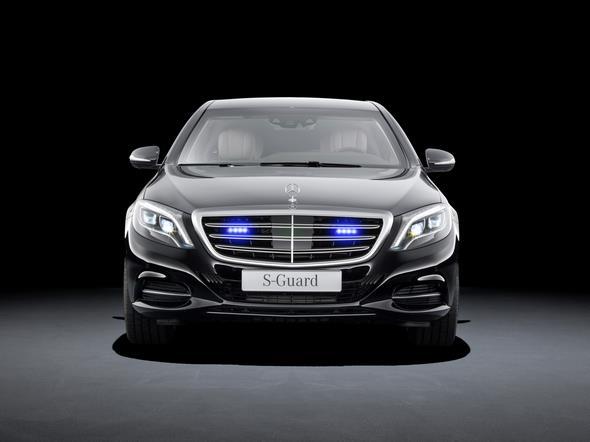 Mercedes-Benz S-Klasse Guard. Diskret integriertes LED-Blaulicht in der Kühlermaske als Sonderlösung für Behördenfahrzeuge.