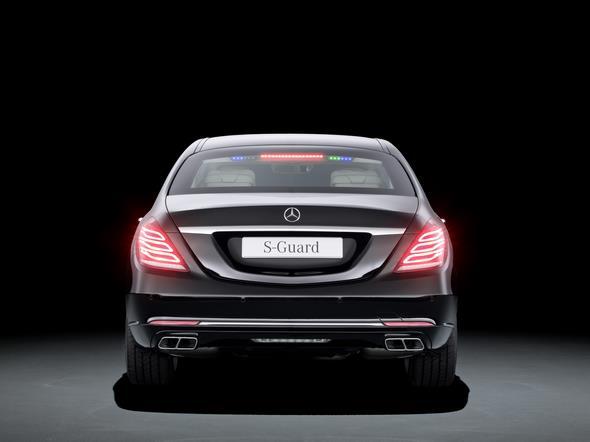 Mercedes-Benz S-Klasse Guard. Diskret integrierte LED-Lichter in der Heckscheibe als Sonderlösung für Behördenfahrzeuge.