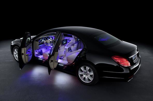 Die Mercedes-Benz S-Klasse Guard. Blick in den Inneraum mit Ambientebeleuchtung.