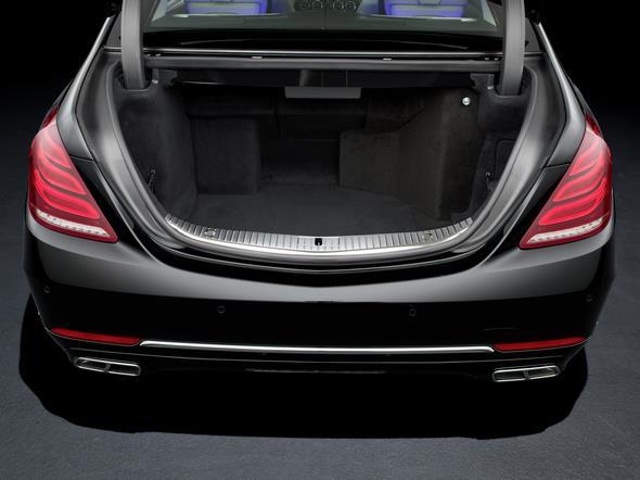 Mercedes-Benz S-Klasse Guard. Blick in den geöffneten Koferraum.