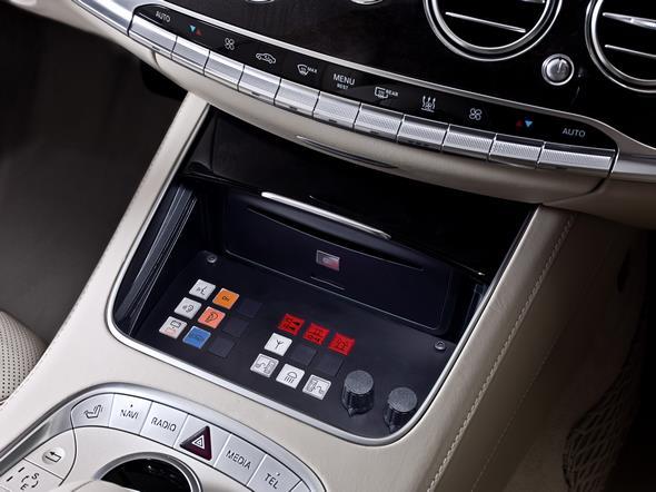Mercedes-Benz S-Klasse Guard. Bedienelement in der Mittelkonsole für die im Kofferraum angebrachte Technik wie Frischluftversorgung und Notstartbatterie.