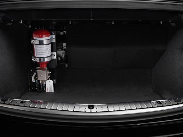 Mercedes-Benz S-Klasse Guard. Die im Kofferraum angebrachte Feuerlöschflasche.