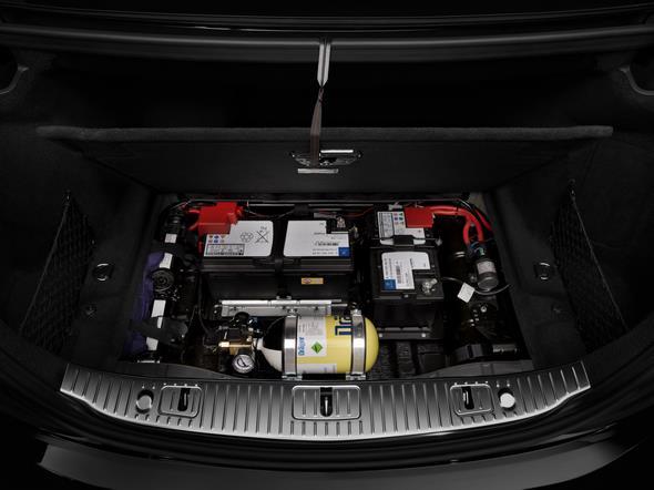 Mercedes-Benz S-Klasse Guard. Der Blick unter die Abdeckung im Koferraum zeigt die hier angebrachte Technik wie Frischluftflasche und Notstartbatterie.