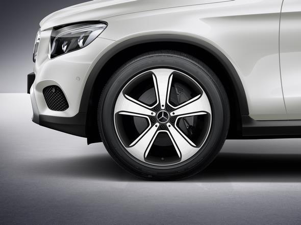 Original-Zubehör für den GLC: 5-Speichen-Rad. Oberfläche: schwarz, glanzgedreht (Rad: 8,5 J x 20 ET 40) Mercedes-Benz GLC genuine accessories: 5-spoke wheel. Finish: black, high-sheen (wheel: 8.5 J x 20 ET 4)