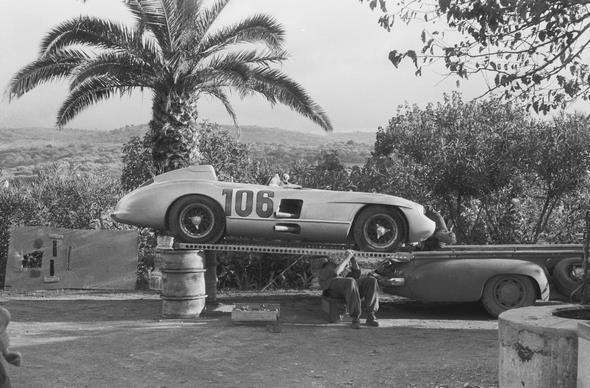 """Targa Florio, Sizilien, 16.10.1955. Mercedes-Benz Schnellrenntransporter """"Das blaue Wunder"""" mit einem Typ 300 SLR (Startnummer 106) auf der Ladefläche."""