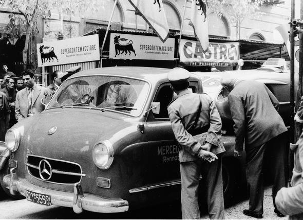 """Targa Florio, 16.10.1955. Mercedes-Benz Schnellrenntransporter """"Das blaue Wunder""""mit einem Typ 300 SLR (W 196 S) auf der Ladefläche."""