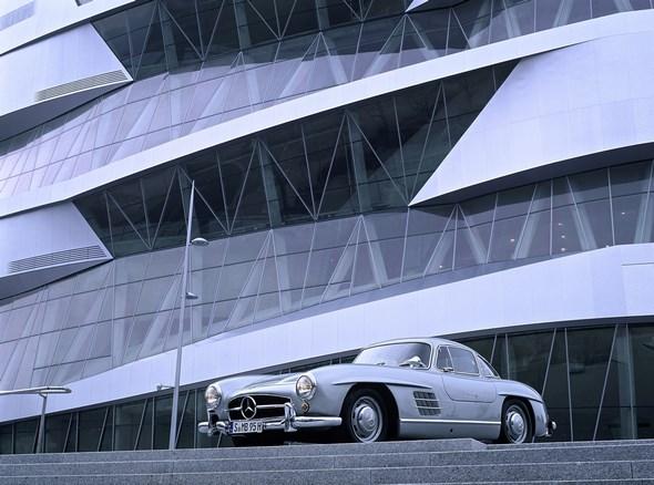 Mercedes-Benz Museum: Außenansicht mit dem Mercedes-Benz 300 SL Coupé aus dem Jahr 1962