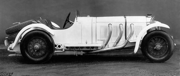"""Der Meredes-Benz """"SSK Modell 1931"""", wie er zunächst genannt wird, erhält erst in den Presseberichten von 1932 den heute geläufigen Namen """"SSKL"""". Mit Hilfe von Erleichterungsbohrungen, die selbst vor dem Kupplungs- und Gaspedal nicht haltmachen, und einem Rahmen mit dünneren Profilen gelingt es Max Wagner, 125 Kilogramm Gewicht zu sparen. Albert Heeß steigert darüber hinaus die Leistung. Der 18-Rippen-Kompressor läuft im SSKL permanent und mit höherer Drehzahl. Mit 300 PS / 220 kW offiziell angebener Motorleistung (mit Kompressor) bildet der SSKL Höhepunkt und Abschluss einer Motorenentwicklung, die acht Jahre zuvor unter Ferdinand Porsche begonnen hat."""
