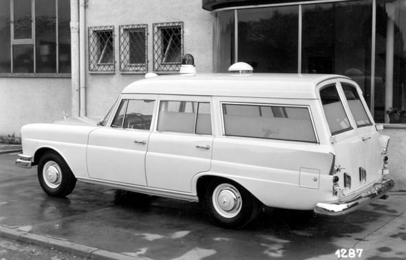 """Kein """"Universal"""" aus Belgien, sondern ein Mercedes-Benz Typ 220 b Krankenwagen mit Binz-Aufbau, ca. 1960 (Werkfoto Fa. Binz, Lorch)"""
