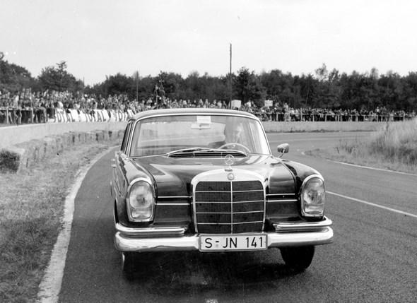 """""""Heckflossen-Mercedes"""" Typ 220 SEb, 1959-64; am Steuer Karl Kling bei einer Vorführung auf der Bahn von Montlhéry in Frankreich."""
