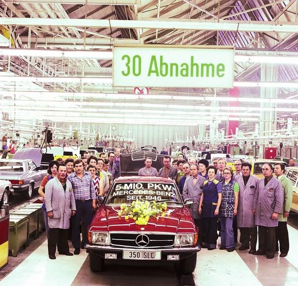 Mercedes-Benz Typ 350 SLC, Oktober 1977. Im Werk Sindelfingen läuft der fünfmillionste Pkw seit Wiederaufnahme der Produktion im Jahr 1946 vom Band.