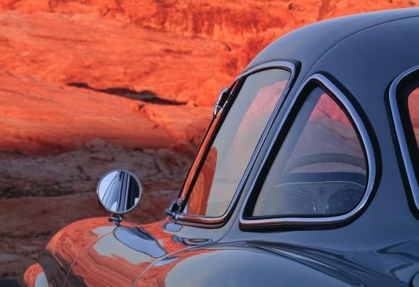 """Der oft als Design-Ikone bezeichnete Mercedes-Benz 300 SL """"Flügeltürer"""" verkörpert nach dem Zweiten Weltkrieg Rasse und Klasse wie kein anderes Auto seiner Zeit. Er ist bis heute ein hoch begehrter Traumwagen und wird 1999 von einer internationalen Jury von Automobilexperten zum """"Sportwagen des Jahrhunderts"""" gewählt."""