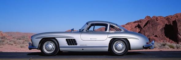 """Der oft als Design-Ikone bezeichnete Mercedes-Benz 300 SL """"Flügeltürer"""" verkörpert nach dem Zweiten Weltkrieg Rasse und Klasse wie kein anderes Auto seiner Zeit. Er ist bis heute ein hochbegehrter Traumwagen. Die Scheibenräder mit Radkappen sind serienmäßig, die Stoßstangenhörner aufpreispflichtig."""