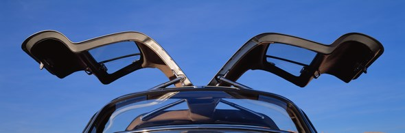 """Der oft als Design-Ikone bezeichnete Mercedes-Benz 300 SL """"Flügeltürer"""" verkörperte nach dem Zweiten Weltkrieg Rasse und Klasse wie kein anderes Auto dieser Zeit. Er ist bis heute ein hoch begehrter Traumwagen und wurde 1999 von einer internationalen Jury von Automobilexperten zum """"Sportwagen des Jahrhunderts"""" gewählt."""