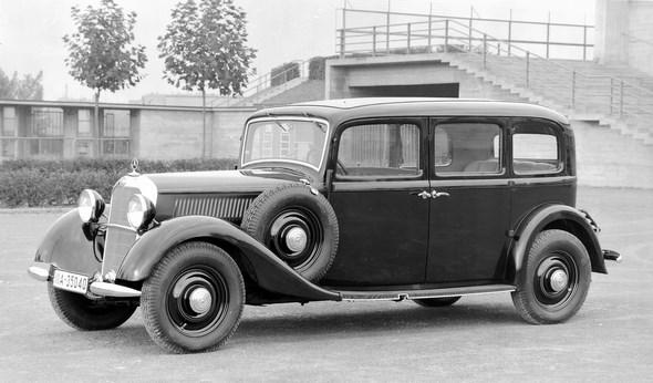 Der erste serienmäßige Diesel-Personenwagen der Welt, der Mercedes-Benz Typ 260 D (W 138) als sechssitzige Pullman-Limousine in einer frühen Ausführung mit kleinen Scheinwerfertöpfen und der schmalen Karosserie des Typs 200 (W 21).