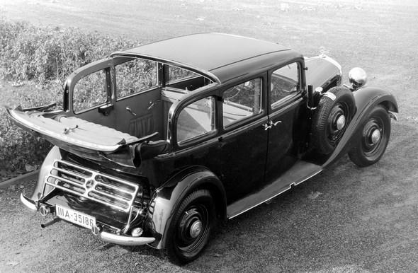 Der erste serienmäßige Diesel-Pkw der Welt, der Mercedes-Benz Typ 260 D (W 138), in der Karosserieversion als Landaulet mit geöffnetem Dachteil. Die Pullman-Ausführungen sind besonders als Taxi beliebt, da sie sechs Personen Platz bieten.