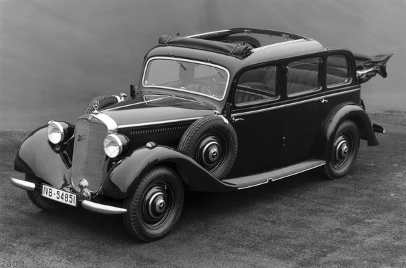 Der Mercedes-Benz 260 D ist 1936 der erste in Serie gebaute Diesel-Personenwagen der Welt. Er überzeugt mit Tugenden, die noch heute für den Diesel sprechen: Er ist robust, zuverlässig und langlebig und besticht außerdem durch seine herausragende Wirtschaftlichkeit. Er verbraucht nicht nur rund vier Liter Kraftstoff je 100 Kilometer weniger als sein Benzinpendant, der Dieselsprit kostet 1936 auch nur etwa die Hälfte. Deshalb ist der 45 PS/33 kW starke Selbstzünder bei Taxifahrern sehr begehrt. Den 260 D gibt es in zahlreichen Karosserieversionen, auch als Landaulet.